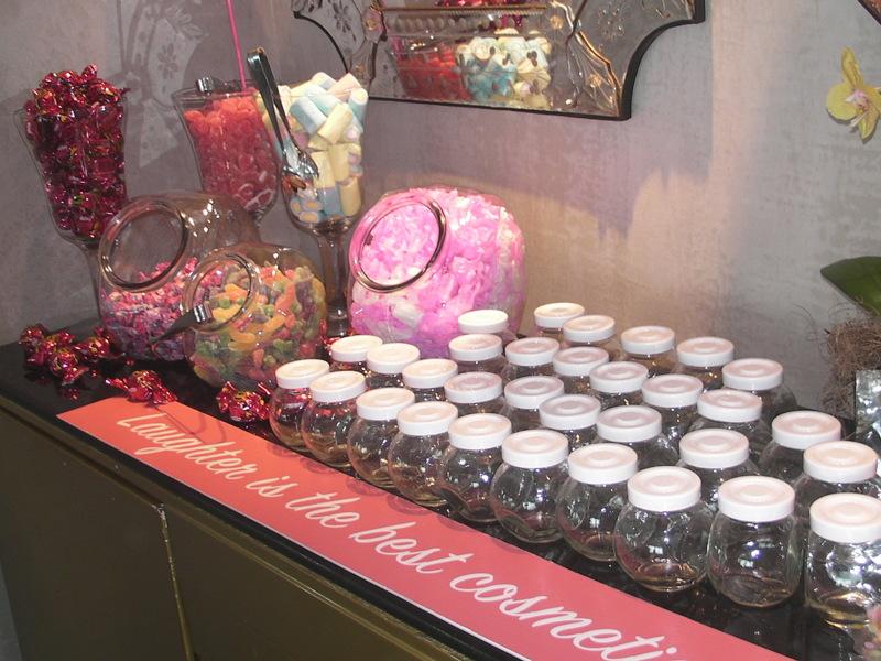 As convidadas podiam fazer e levar seu próprio potinho de guloseimas, com docinhos, balas e bombons! Oooooown!