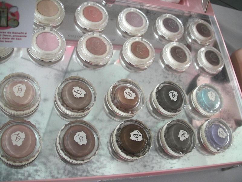 As sombras em creme (abaixo) têm formato de cupcake e são muito pigmentadas.