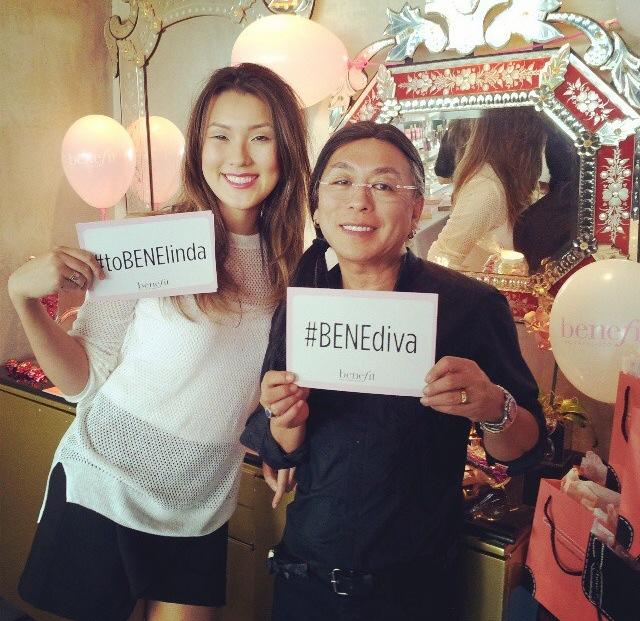 O cabeleireiro e maquiador Celso Kamura marcou presença. Na foto, com a maquiadora oficial da marca, Mari Ishizaka.